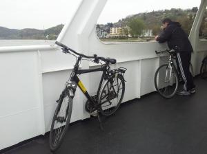 Mein treues Leihrad auf der Fähre Linz - Kripp