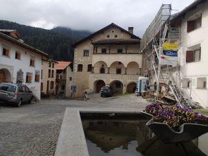 Kleiner Ausschnitt von Engadiner Häusern in Scuol