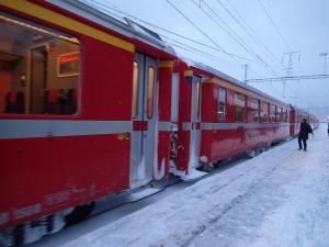 Winteraufnahme eines typischen RhB-Wagens.