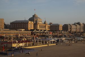 Scheveningen Strand, im Hintergrund das Kurhaus