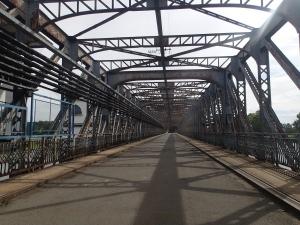 Überquerung der Moldau in Lobecek auf einem Stauwerk - wunderbare Stahlarbeiten