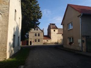 """Typischer Anblick in einem kleinen Tschechischen Dorf - Strasse mit reichlich Schlaglöchern, Häuser mehr oder weniger renoviert und die olbigate """"Beschallungsanlage"""" - zum Glück war die bei meinem Besuch nie in Betrieb...."""